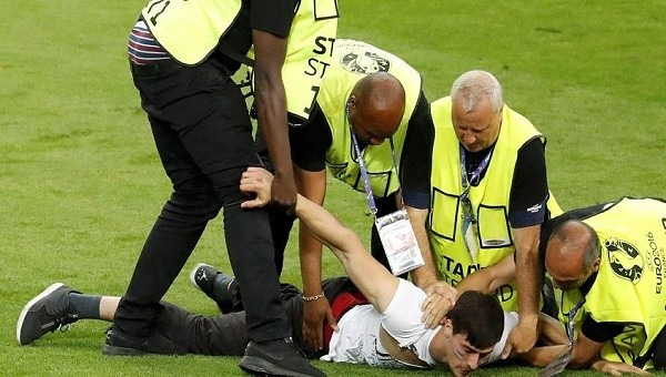 Euro 2016 finalinde sahaya taraftar girdi