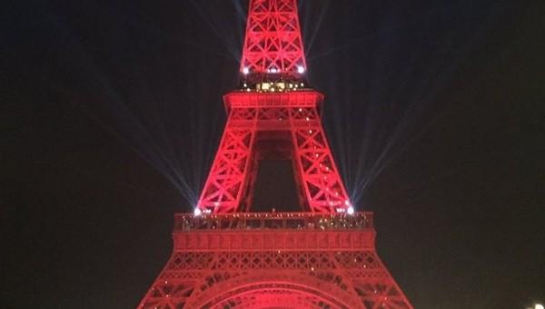 Eyfel Kulesi yeniden kırmızı beyaz oldu