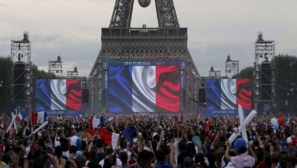Fransa'da taraftarlar Fan Zone'a sığmadı