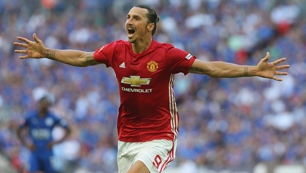 Zlatan attı, Manchester United kupayı kazandı!