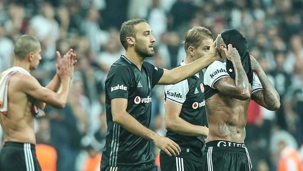 Beşiktaşlı taraftarlar takımlarını alkışladı