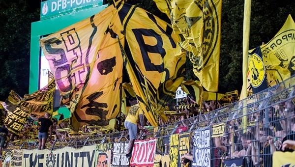 Borussia Dortmund taraftarı Red Bull'u protesto ediyor