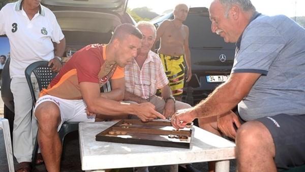 Lukas Podolski Bebek sakinleri ile tavla oynadı