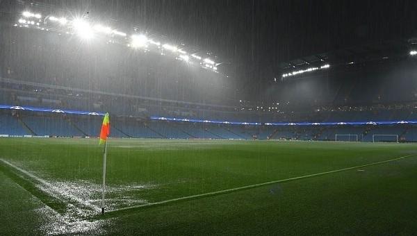 Şampiyonlar Ligi'nde maç ertelendi! Yoğun yağış