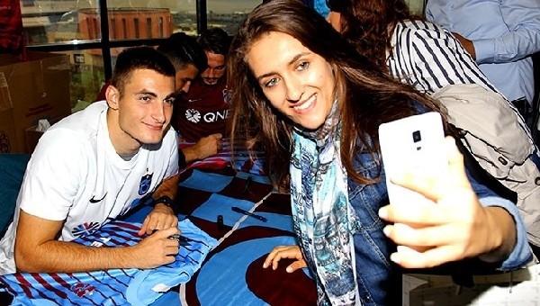 Trabzonsporlu futbolcular imza dağıttı!