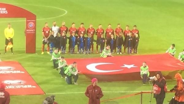 Milli futbolculardan İzlandalı çocuklara jest