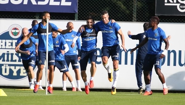 Robin van Persie, Fenerbahçe antrenmanında halay çekti