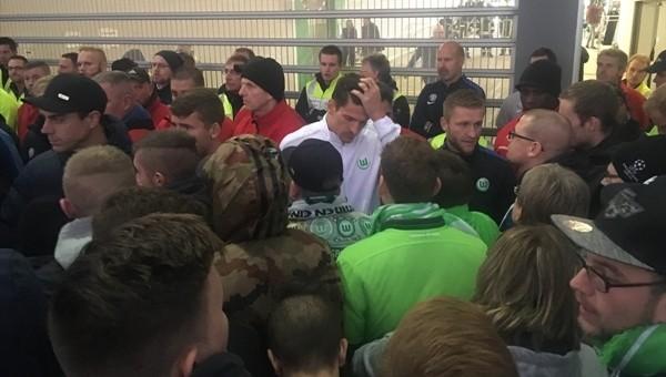 Wolfsburg taraftarları protesto etti, Mario Gomez sakinleştirdi