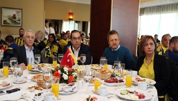 Fenerbahçe yöneticileri ve üyeleri derbi öncesinde bir araya geldi