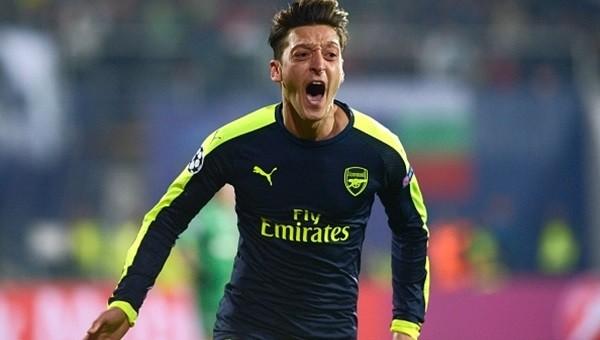 Mesut geleceğini Arsenal'e bağlamak üzere