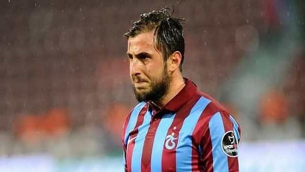 Trabzonsporlu Zeki Yavru rakip futbolcuyu sırtına almak istedi