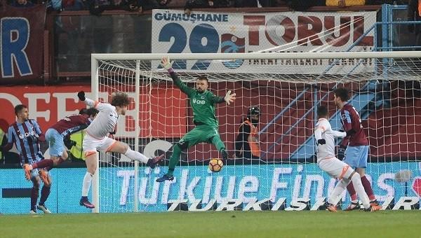 Adanasporlu Bekir, Trabzonspor maçında hakeme sarıldı