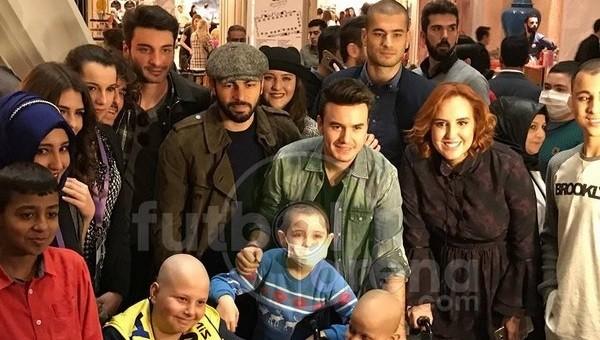 Galatasaraylı futbolcular kanserli çocuklarla bir arada