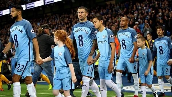 Manchester City sahaya İlkay Gündoğan formalarıyla çıktı- İZLE