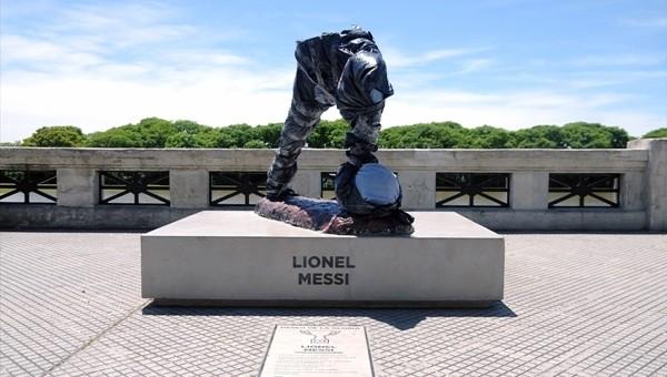 Arjantin'de Lionel Messi heykeline saldırdılar