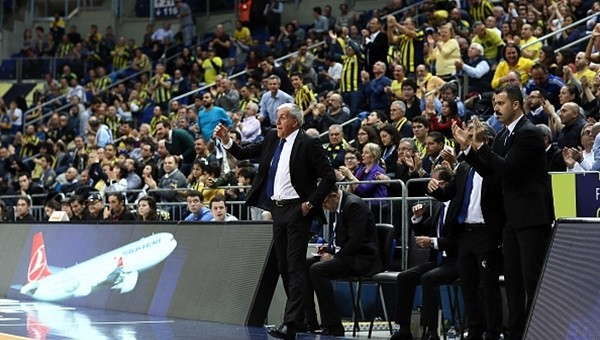 Fenerbahçe taraftarından 'İzmir Marşı'