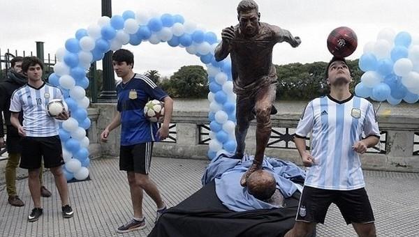 Lionel Messi'nin heykeline saldırı