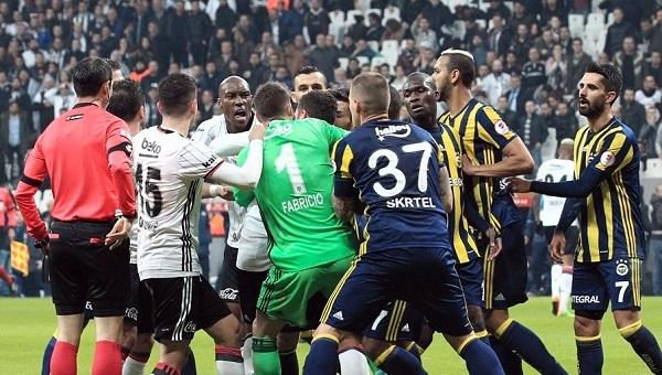 Ahmet Çakar Tosic'in kırmızı kartında Ali Palabıyık'ı yerden yere vurdu