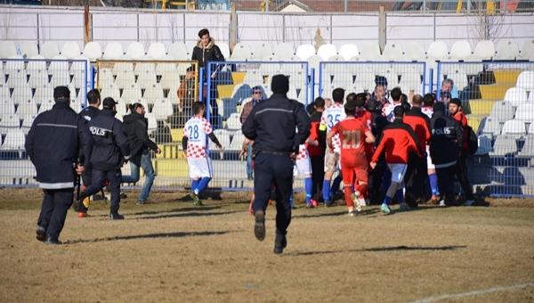 Amatör ligde futbolcu, yöneticilere saldırdı