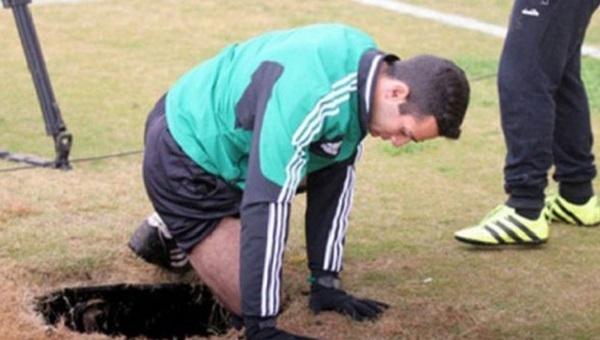 Beşiktaş'ın UEFA Avrupa Ligi'nde rakibi Hapoel Beer Sheva'nın maçında hakem çukura düştü