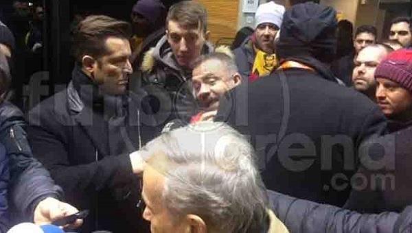 Galatasaray taraftarlarından canlı yayında yöneticiye tepki