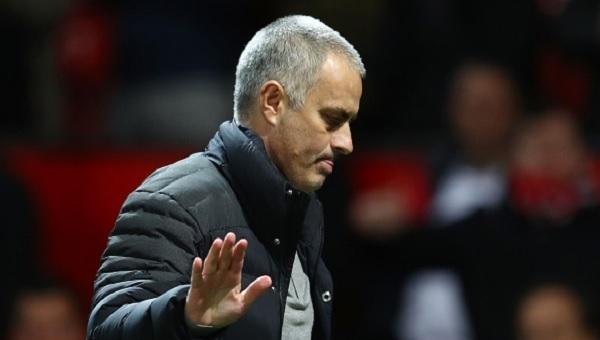 Jose Mourinho hakemlere tepki gösterdi ve muhabiri fırçaladı