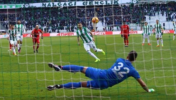 Konyaspor - Antalyaspor maçında skandal penaltı ve 2 kırmızı kart!