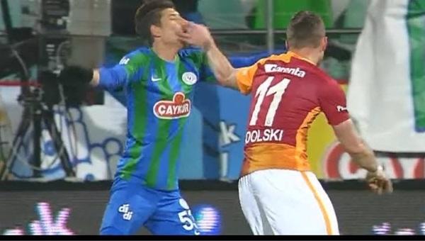 Lukas Podolski'nin yaptığı hareket kırmızı kart mı?