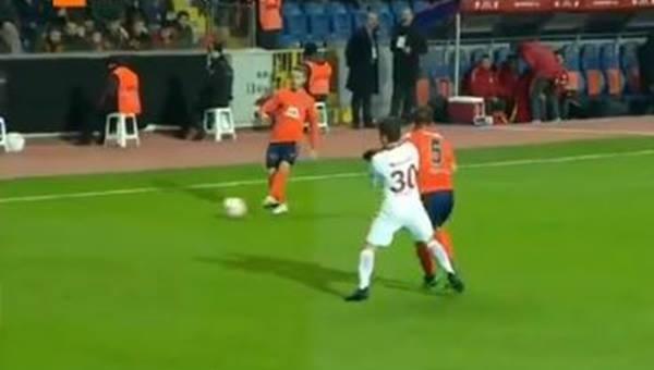 Medipol Başakşehir - Galatasaray maçında Emre Belözoğlu'nun Josue'ye dirseğinde Mete Kalkavan'a tepki