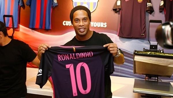 Ronaldinho Barcelona'ya geri döndü