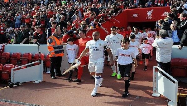 Liverpool ve Real Madrid yardım maçı düzenledi!