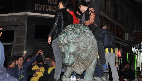 Fenerbahçeli taraftarlar galibiyeti aslan heykeline binerek kutladı