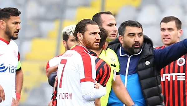 Gençlerbirliği - Antalyaspor maçında skandal hakem hatası! Yanlışlıkla kırmızı kart...