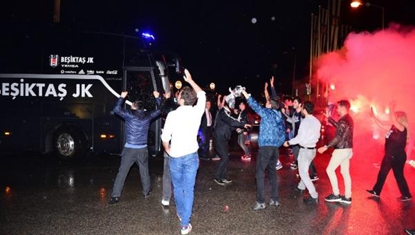 Beşiktaşlı taraftarlar takımı karşıladı