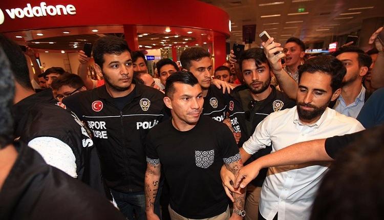 Beşiktaş'ın yeni Gary Medel havaalanında izdiham yarattı