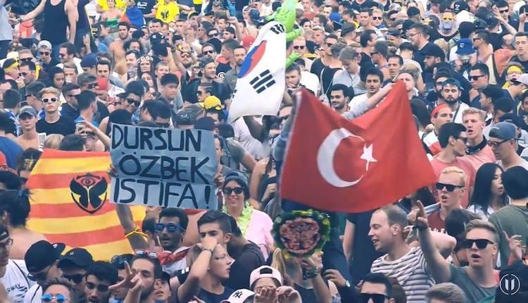 Dünyanın en prestijli müzik festivalinde ''Dursun Özbek istifa'' pankartı