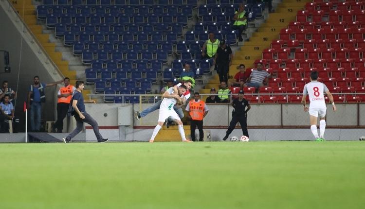 Mersin İdmanyurdu taraftarı maçta Deniz Naki'ye saldırdı