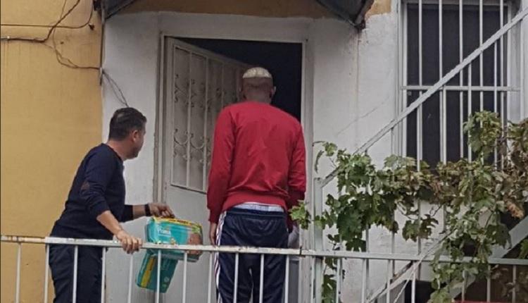 Beşiktaşlı Talisca bir mahallede ihtiyaç sahiplerine yardım etti