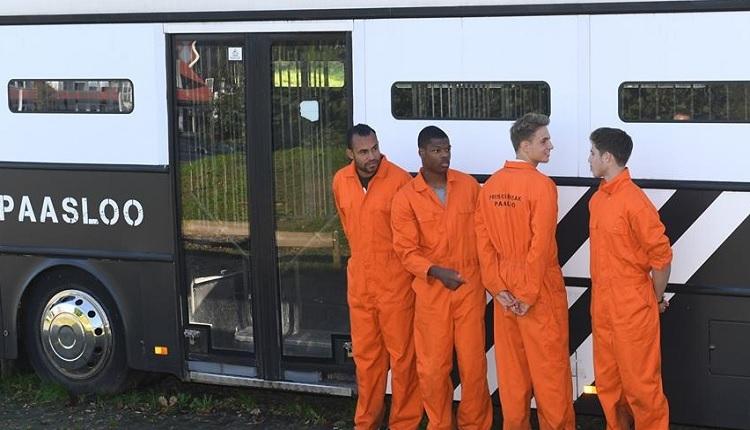 Heerenveen yönetiminden ilginç ceza! Futbolcuları hapishane aracına bindirip...