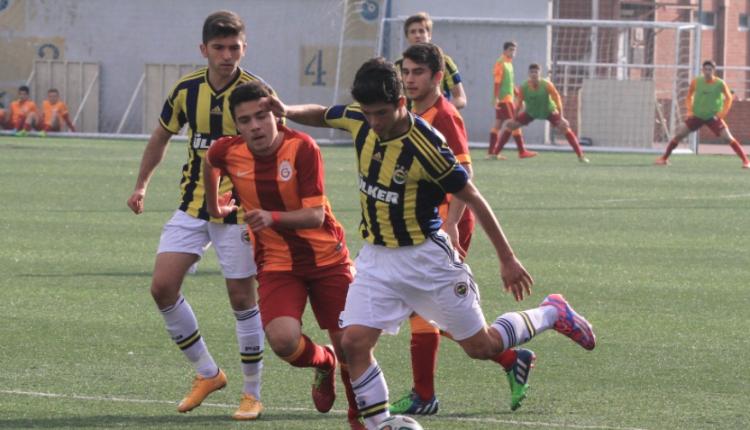 Galatasaray - Fenerbahçe U17 maçında yaşanan faul pozisyonu İngiliz basınında
