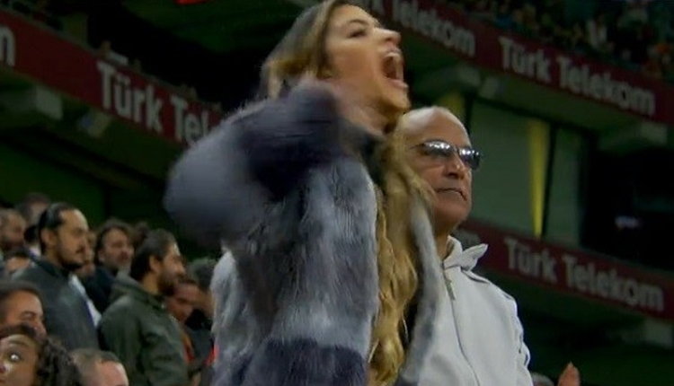 Galatasaraylı Maicon'un eşi Ursula'dan Alanyaspor maçında kafa kesme hareketi