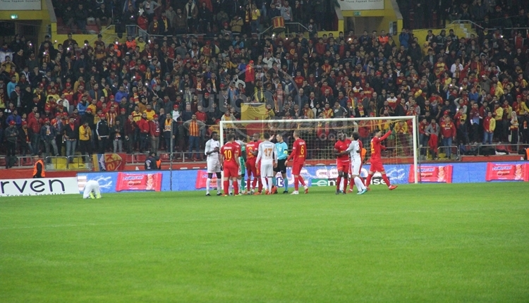 Kayserispor - Başakşehir maçında Adebayor'un golü sonrası hakeme yoğun itiraz