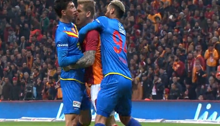Galatasaray - Göztepe maçında Serdar Aziz ve Castro birbirlerine girdiler