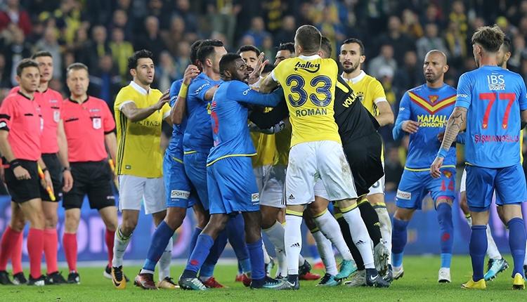 Fenerbahçe - Göztepe maç sonu kavga! Aykut Kocaman, Volkan Demirel'i zor tuttu