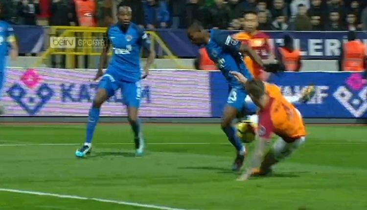 Kasımpaşa'nın penaltısına Galatasaraylı futbolculardan yoğun tepki