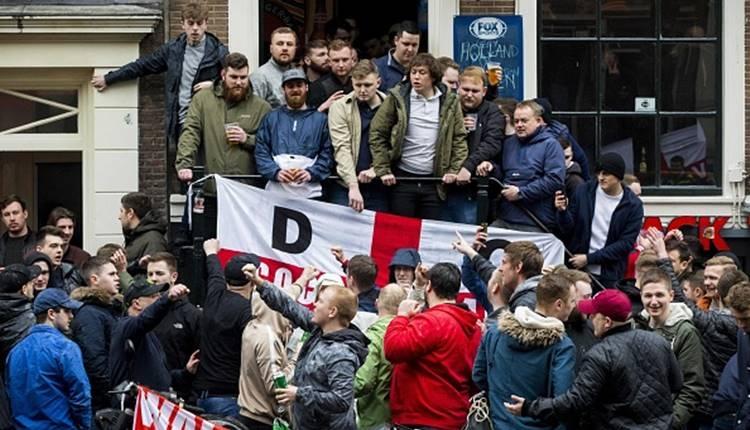 İngilizler, Hollanda'da da olay çıkardı! Nehre atladılar