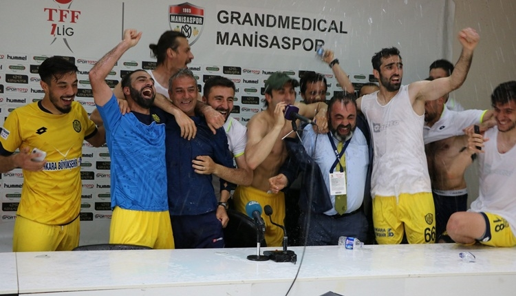 Ankaragücü futbolcularından basın toplantısında İsmail Kartal'a sulu kutlama