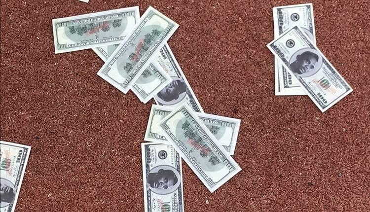 Antalyaspor taraftarından Samuel Eto'o tepkisi! Sahte para attılar