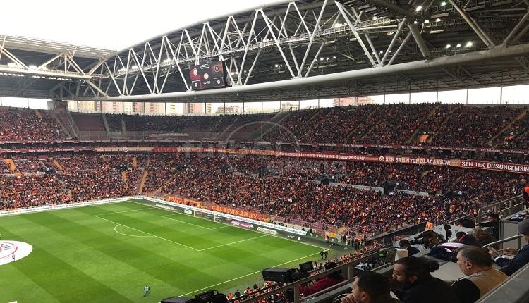 Arda Turan ve Emre Belözoğlu'na protesto! (Galatasaray - Başakşehir maçı)