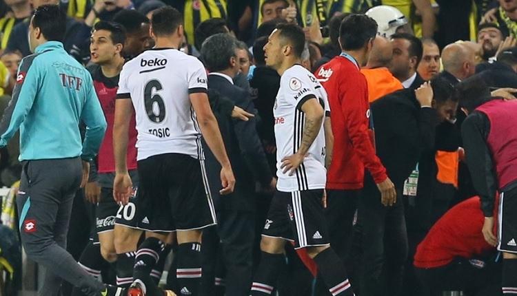 Beşiktaşlı futbolculardan Mete Kalkavan'a: 'İçeri girebilir miyiz?'